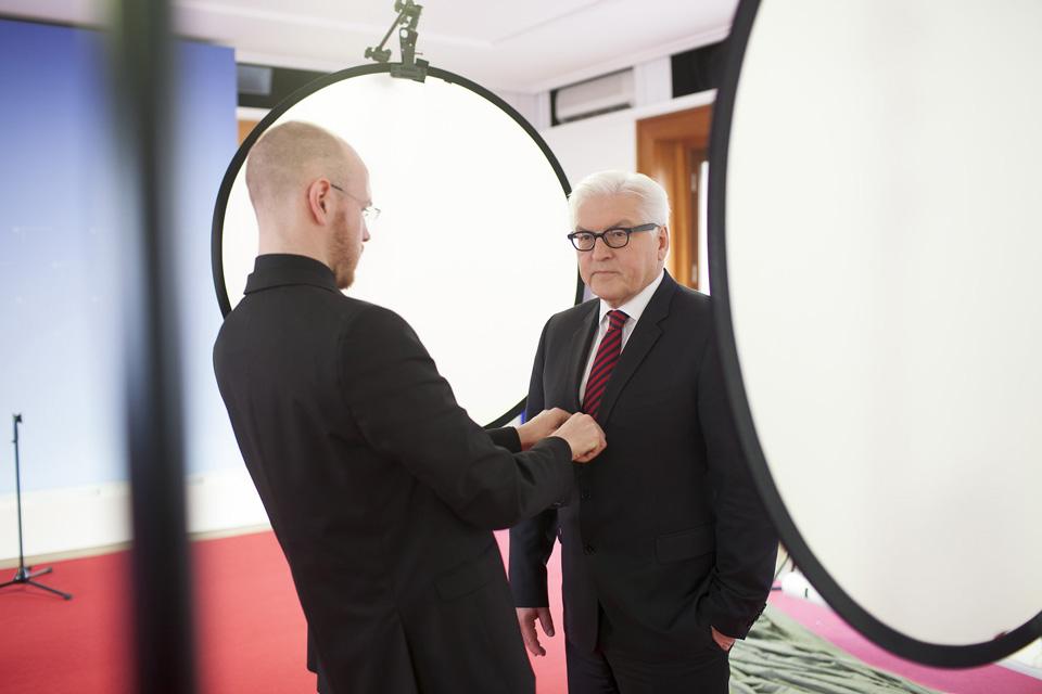 Unser Fotograf bereitet Herrn Frank-Walter Steinmeier auf das anstehende Fotoshooting vor.